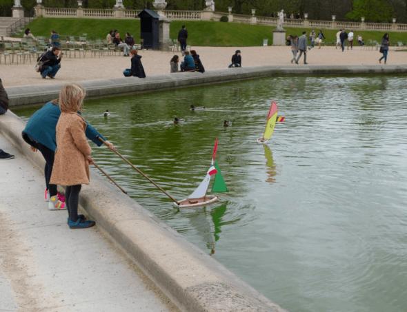 Jardin de Luxembough - children with boats