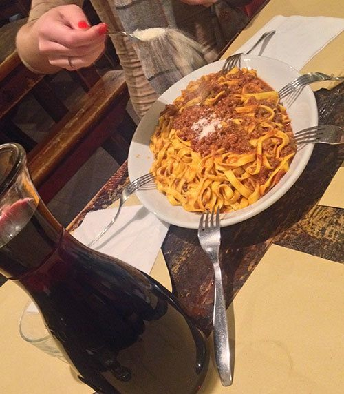 family-style-dining-in-Italy