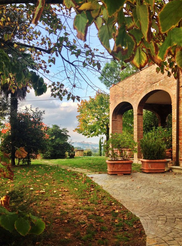 Rent a villa in Tuscany. Photo by @katjapresnal skimbacolifestyle.com