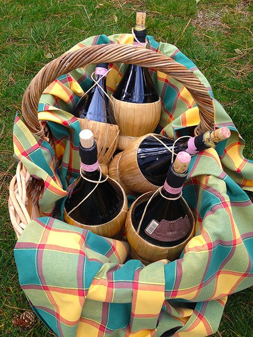 wine-in-basket-for-picnick