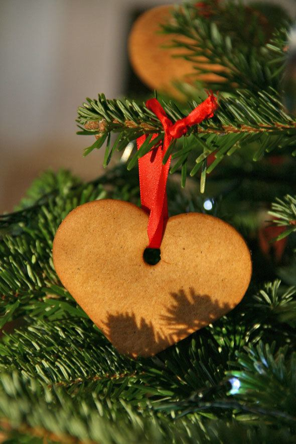gingerbread-cookies-in-christmas-tree