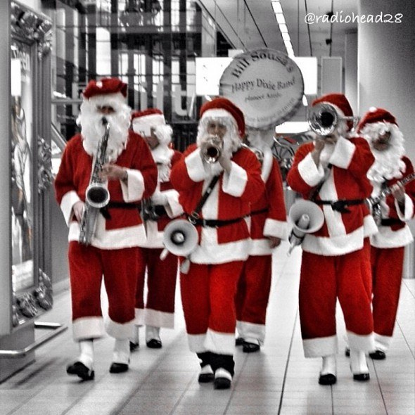 schipol airport santa claus amsterdam. photo by @radiohead28 on Instagram