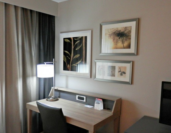 Country Inn and Suites Room with desk