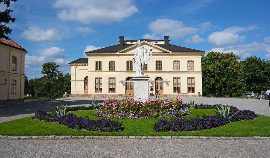 Drottningholm-Palace-statue-teather